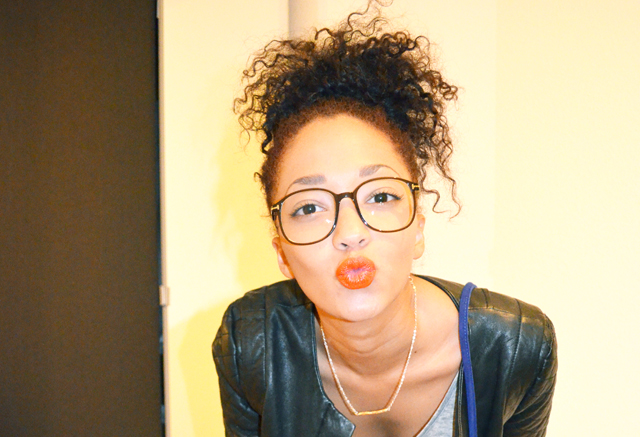 mercredie-blog-mode-lunettes-geek-tom-ford-blouson-cuir-nappy-hair-bun-cheveux-frises-orange-mufe-jogging