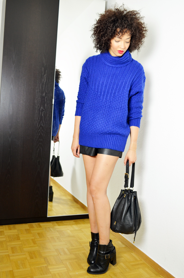 mercredie-blog-mode-geneve-fashion-blogger-blogueuse-bloggeuse-mode-les-petites-pulls-bleu-klein-short-cuir-perfore-jennyfer-allsaints-boots-jules-heeled-apc-sac-cuir-seau