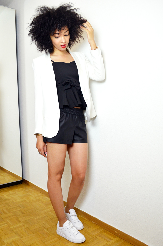 mercredie-blog-mode-she-inside-sheinside-geneve-fashion-blog-blogger-blogueuse-mode-bloggeuse-peplum-top-short-cuir-stan-smith-outfit-look-inspiration-white-blanches-afro-hair-nappy-natural-blazer-crepe-ba&sh