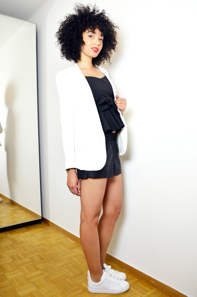 mercredie-blog-mode-she-inside-sheinside-geneve-fashion-blog-blogger-blogueuse-mode-bloggeuse-peplum-top-short-cuir-stan-smith-outfit-look-inspiration-white-blanches-afro-hair-nappy-natural-blazer-crepe-ba&sh3