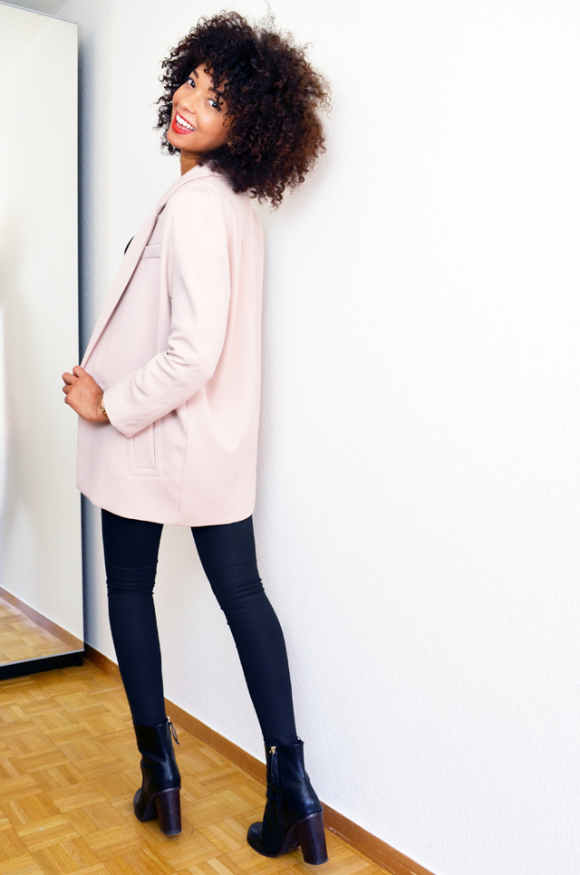 mercredie-blog-mode-bloggeuse-geneve-suisse-slim-all-black-boots-h&m-top-dentelle-zara-sac-longchamp-xl-grand-format-legende-afro-hair-cheveux-frises-manteau-rose-pale-layette-boyfriend3