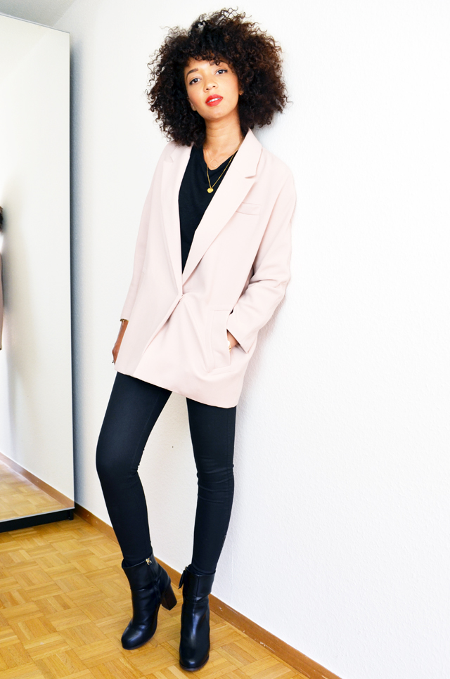 mercredie-blog-mode-bloggeuse-geneve-suisse-slim-all-black-boots-h&m-top-dentelle-zara-sac-longchamp-xl-grand-format-legende-afro-hair-cheveux-frises-manteau-rose-pale-layette-boyfriend5