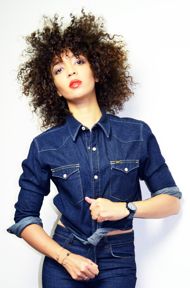 mercredie-blog-mode-guess-instant-bleu-montre-W0448L5-denim-total-look-lee-red-lipstick-curly-hair-cheveux-frises-boucles-natural-nappy