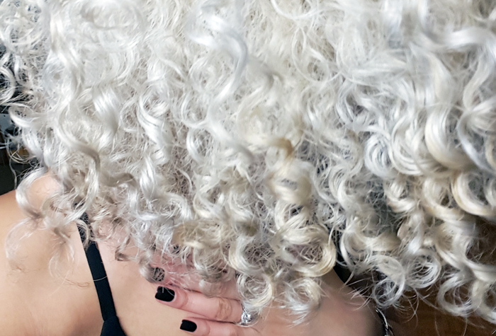 mercredie-blog-beaute-cheveux-afro-naturels-decoloration-bleached-hair-natural-platine-blonde-curls-curly-frises-big-platinum-dark-girl-mixed-tanned-routine