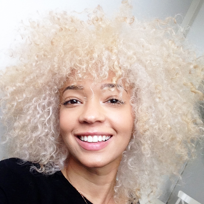 mercredie-blog-beaute-cheveux-afro-naturels-decoloration-bleached-hair-natural-platine-blonde-curls-curly-frises-big-platinum-dark-girl-mixed-tanned5