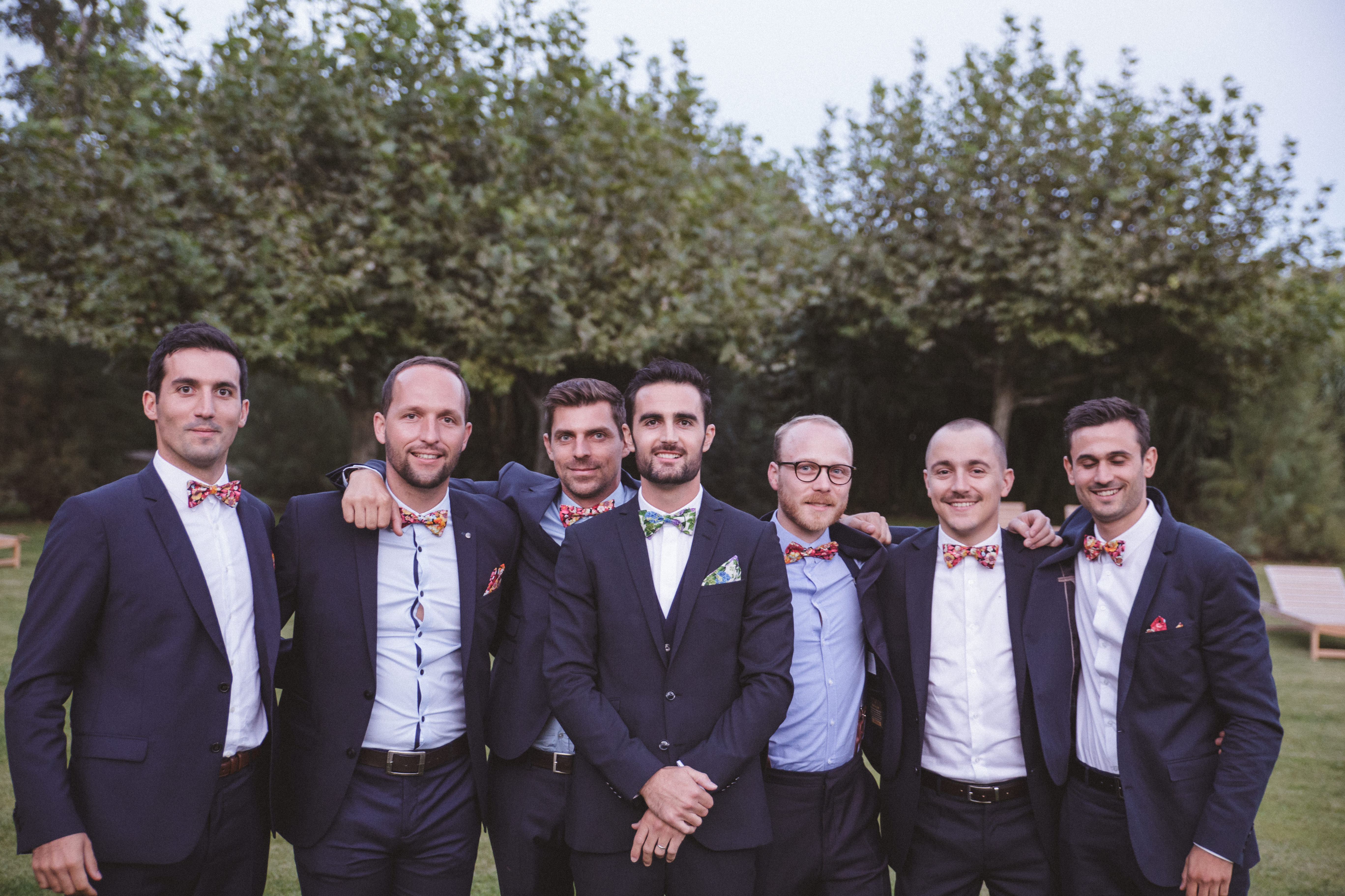 mercredie-mariage-blog-dresscode-groom-wedding-noeud-papillon-floral-fleur-diy-bow-tie-bleu-costume-suit-dark-blue