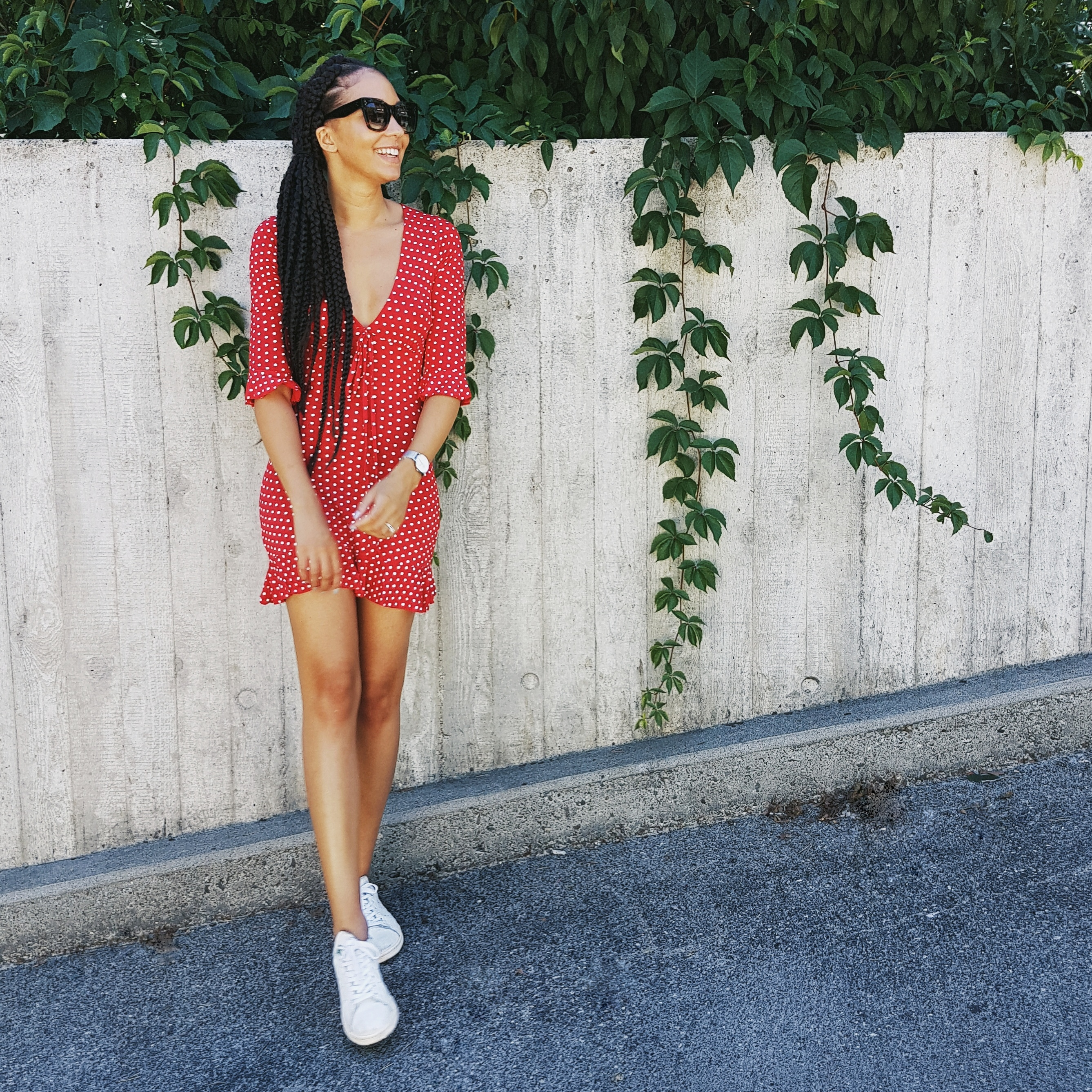mercredie-blog-mode-blogueuse-bloggeuse-suisse-geneve-robe-missguided-retro-poids-polka-dot-rouge-sexy-red-realisation-par-dupe-superstar-adidas-box-braids-jumbo-tresses-celine-lunettes-shades