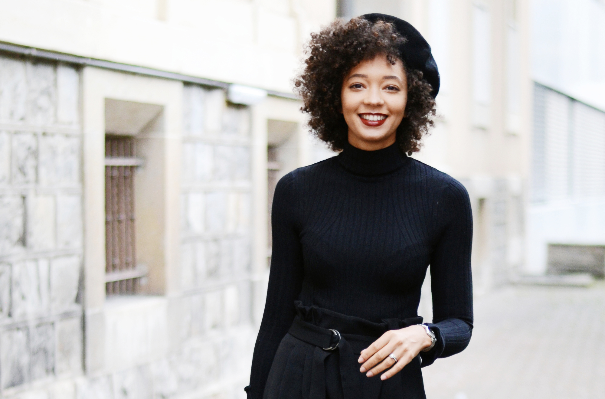 mercredie-blog-mode-geneve-suisse-fashion-blogger-all-black-outfit-chic-nars-audacious-lipstick-rouge-a-levres-louise-curly-hair-afro-cheveux-frises-beret-parisian-look