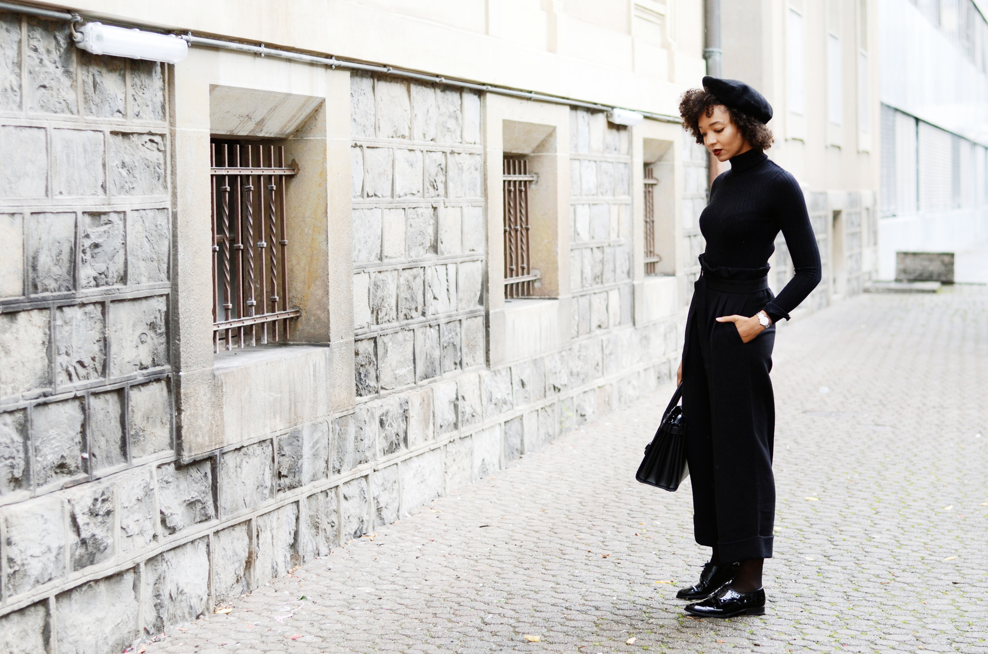 mercredie-blog-mode-geneve-suisse-fashion-blogger-all-black-outfit-chic-saint-laurent-sac-de-jour-black-matte-derbies-vernies-shoepassion-102-afro-beret-parisian-look