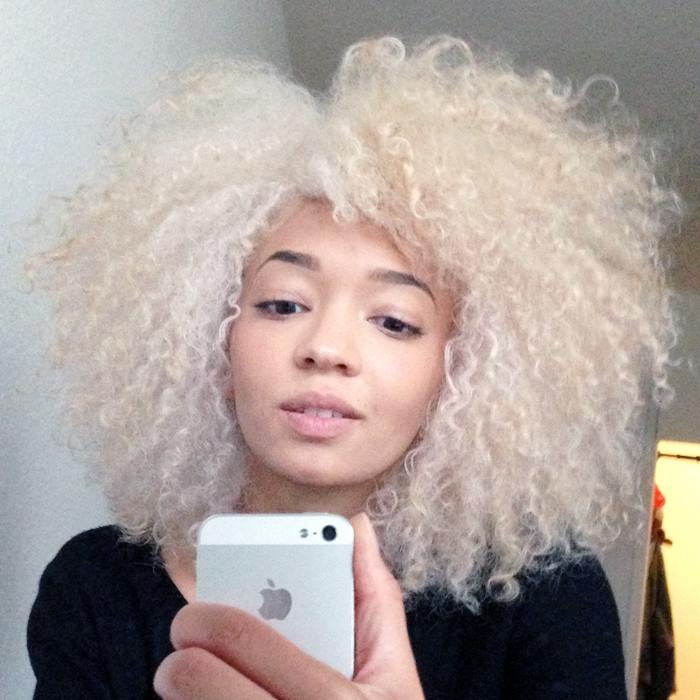 mercredie-blog-beaute-cheveux-afro-naturels-decoloration-bleached-hair-natural-platine-blonde-curls-curly-frises-big-platinum-dark-girl-mixed-tanned